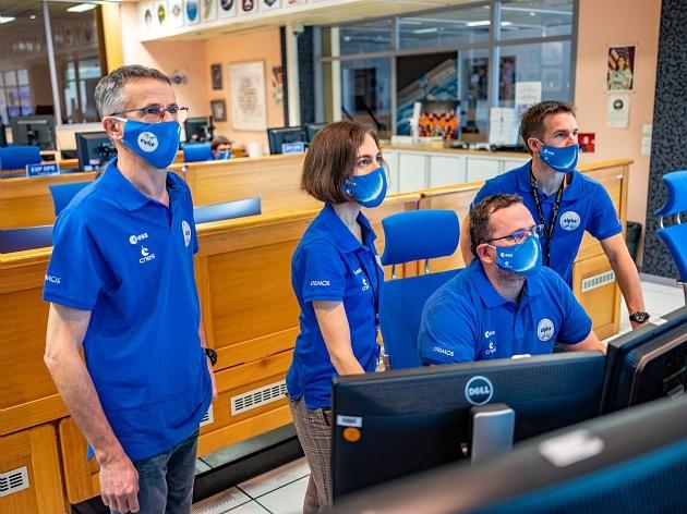 L'équipe en opérations au centre de contrôle du CADMOS